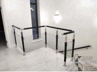 Ограждение со стеклом и квадратными стойками с декоративными вставками